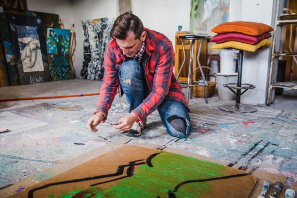 künstler in seinem atelier - maler gesucht stock-fotos und bilder