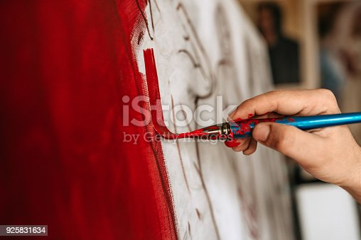 istock Artist working on a new painting. Close-up 925831634