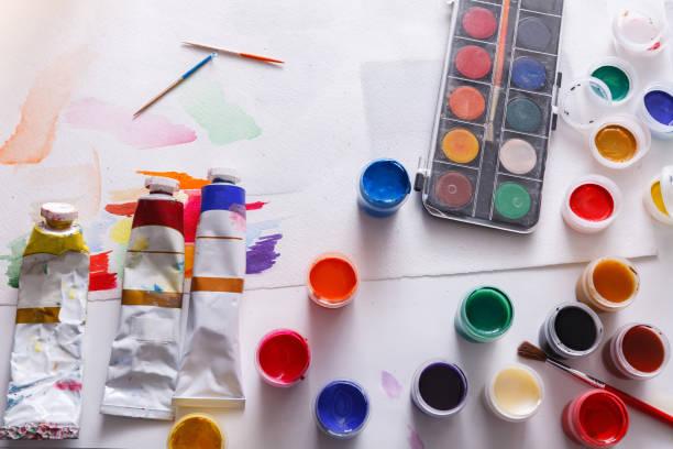 sanatçı işyeri, ayarla renk boyalar ahşap masanın üzerinde - tuval üzerine akrilik stok fotoğraflar ve resimler