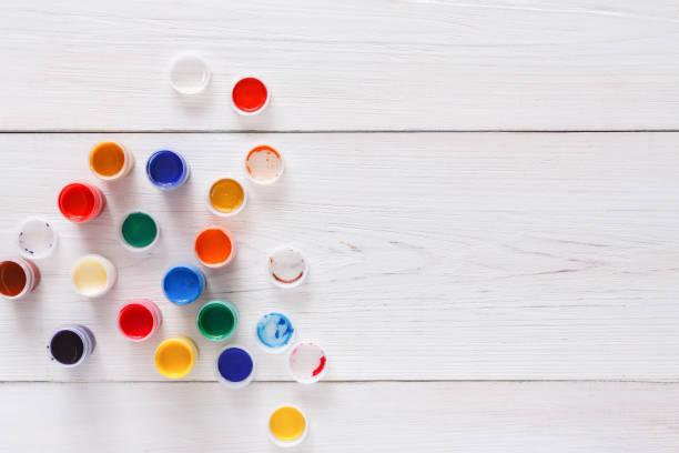 künstler-arbeitsplatz-set farbe farben auf holz schreibtisch - glasmalerei stock-fotos und bilder