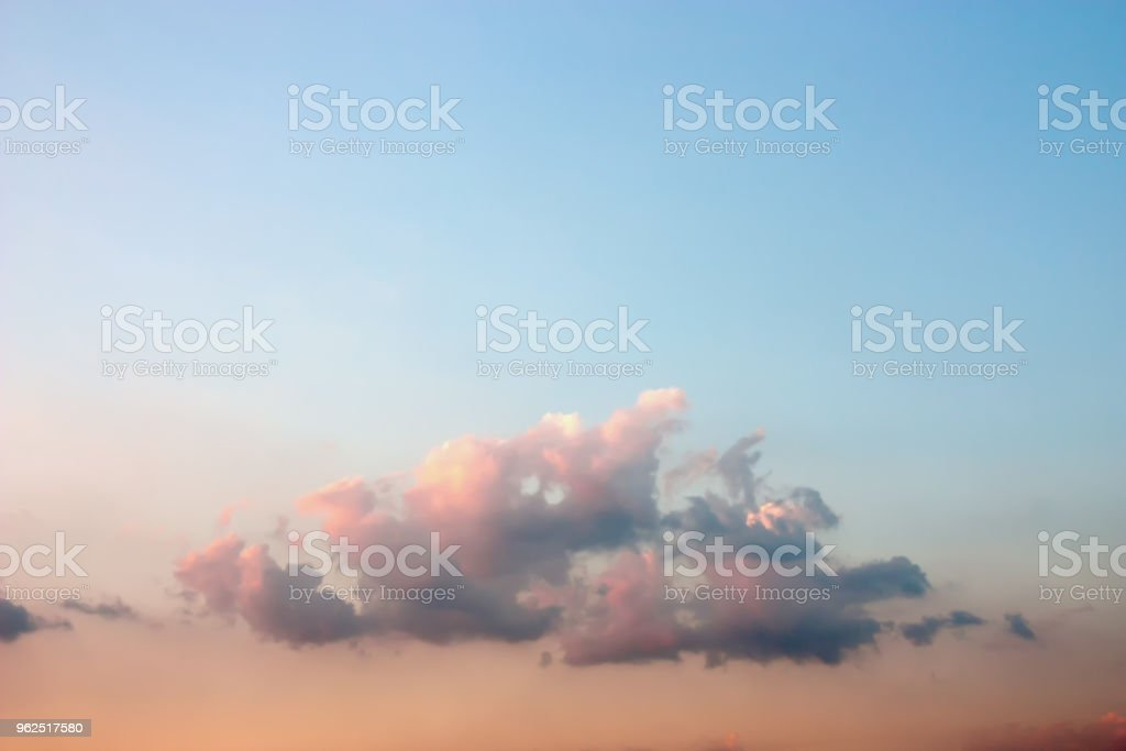 Artística colorida e pacífica dramática atmosfera de nuvens Crepúsculo macio e embaçada, misturando-se com a luz do sol e céu azul lindo de verão. - Foto de stock de Ambiente - Evento royalty-free