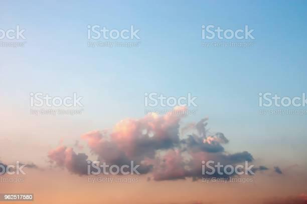 Foto de Artística Colorida E Pacífica Dramática Atmosfera De Nuvens Crepúsculo Macio E Embaçada Misturandose Com A Luz Do Sol E Céu Azul Lindo De Verão e mais fotos de stock de Ambiente - Evento