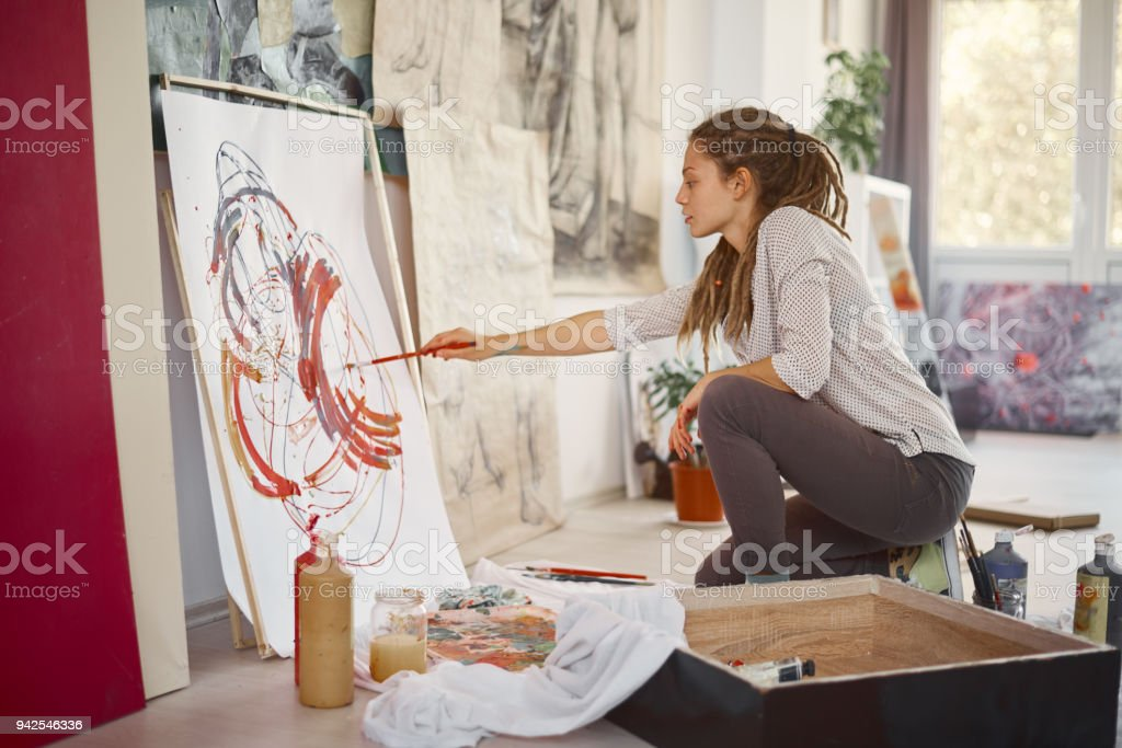 Künstlerische Mädchen sitzt im Studio und malen an der Staffelei. - Lizenzfrei Atelier Stock-Foto