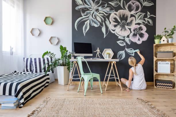 artistic woman in bedroom - tafel schlafzimmer stock-fotos und bilder