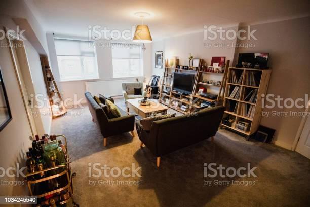 Artists flat living room picture id1034245540?b=1&k=6&m=1034245540&s=612x612&h=s du ild4artdgw6fr3l5b0mk1kbgvrcrqfhovqj7ui=