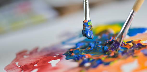 mano la aplicación de pintura de artista gouache en la hoja de dibujo - clase de arte fotografías e imágenes de stock