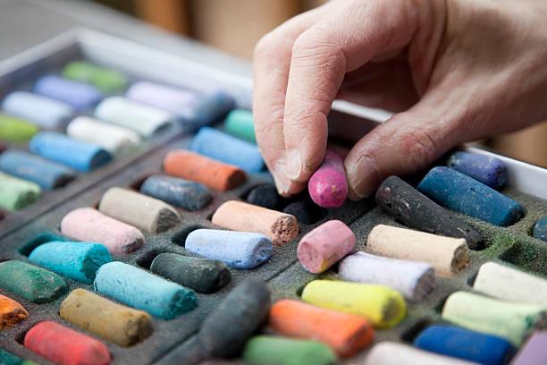 Artiste mains pour atteindre pour un rose Bâton de Pastel - Photo