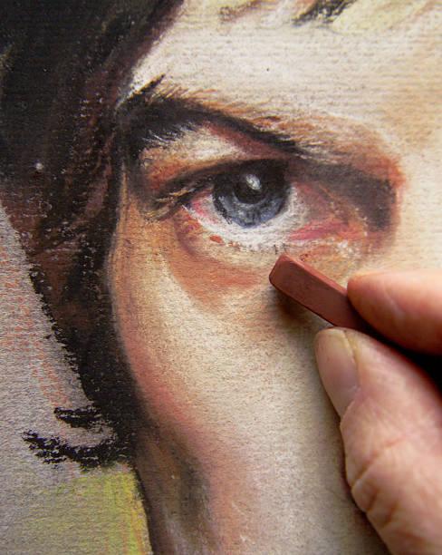 main de l'artiste de travailler sur pastel portrait d'un homme visage - dessin au pastel photos et images de collection