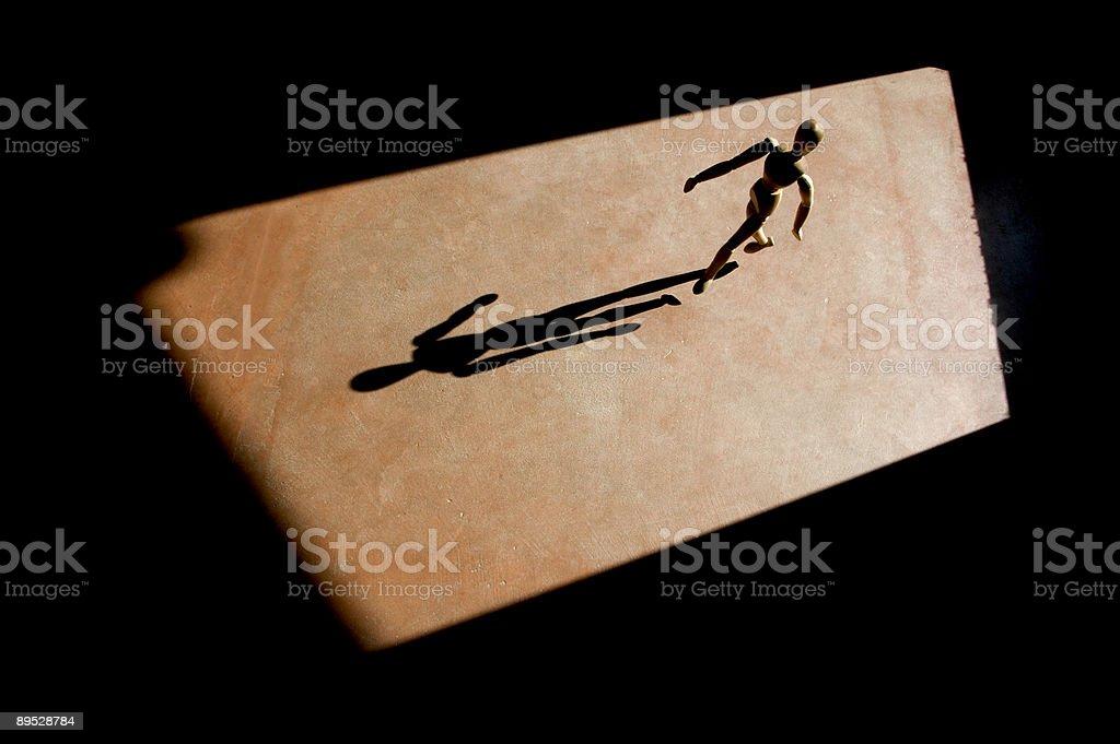 Modelo de artista pasos con una larga sombra foto de stock libre de derechos