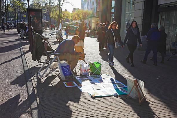 artists selling paintings, amsterdam, netherlands - feiertage holland 2016 stock-fotos und bilder