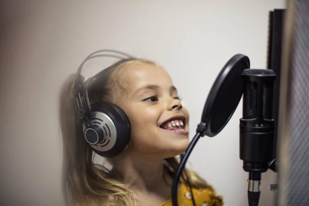 als echter musikstar. - one song training stock-fotos und bilder