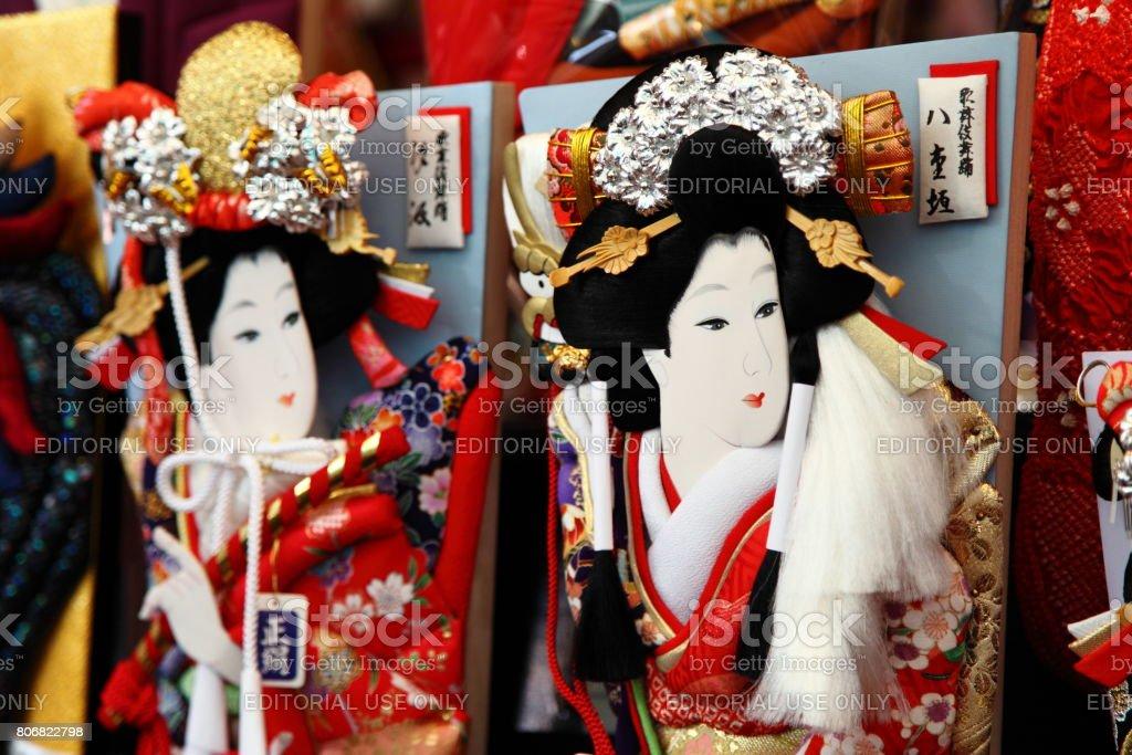 Der Asakusa Sensoji-Tempel hält eine Hagoita-Ichi Fair zu verkaufen viel Glück Charme Hagoita die ornamentalen Fledermäuse auf der Grundlage dieser in einem traditionellen Neujahrs Spiel verwendet werden – Foto