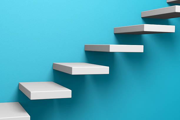 ascending stairs auf die blauen wand - bild wandtreppe stock-fotos und bilder
