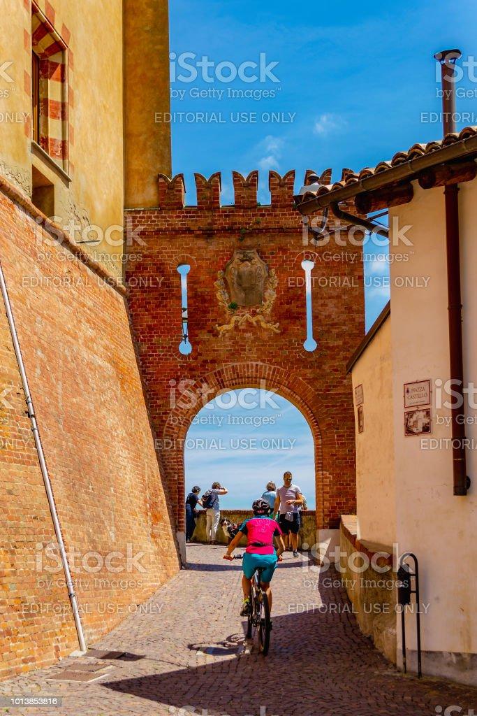 Ascent to the Castello Comunale di Barolo (Cuneo, Piedmont, Italy). - foto stock