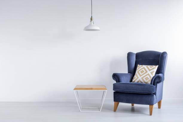Habitación ascética con sillón azul - foto de stock