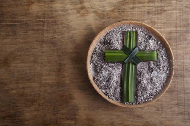 Aschermittwoch, Kruzifix aus Asche, Staub als christliche Religion. Fastenbeginn – Foto