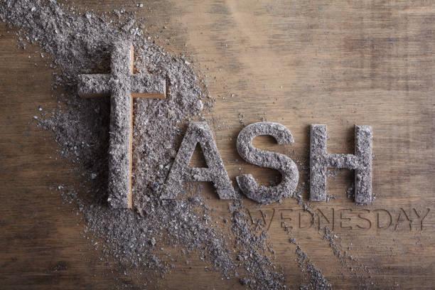 Aschermittwochswort in Asche und christlichem Kreuzsymbol als Religionskonzept geschrieben – Foto