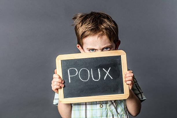 Honte petite fille grincheuse avec effet yeux bleus la protection de la tête les poux - Photo