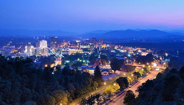 Horizonte de la ciudad de Asheville. - foto de stock