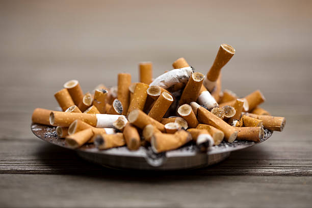 posacenere e sigarette rigonfiamento - cicca sigaretta foto e immagini stock