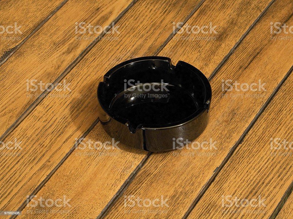 Cendrier sur une table en bois photo libre de droits