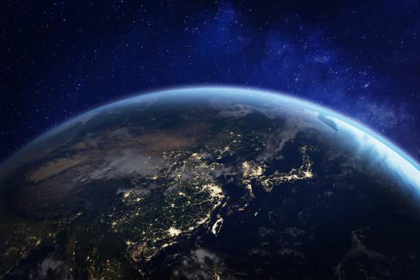 中国、日本、韓国、台湾、他の国、地球、nasa からの要素の 3d レンダリングで人間の活動を示す街の明かりと宇宙からアジアの夜 - 地球 ストックフォトと画像