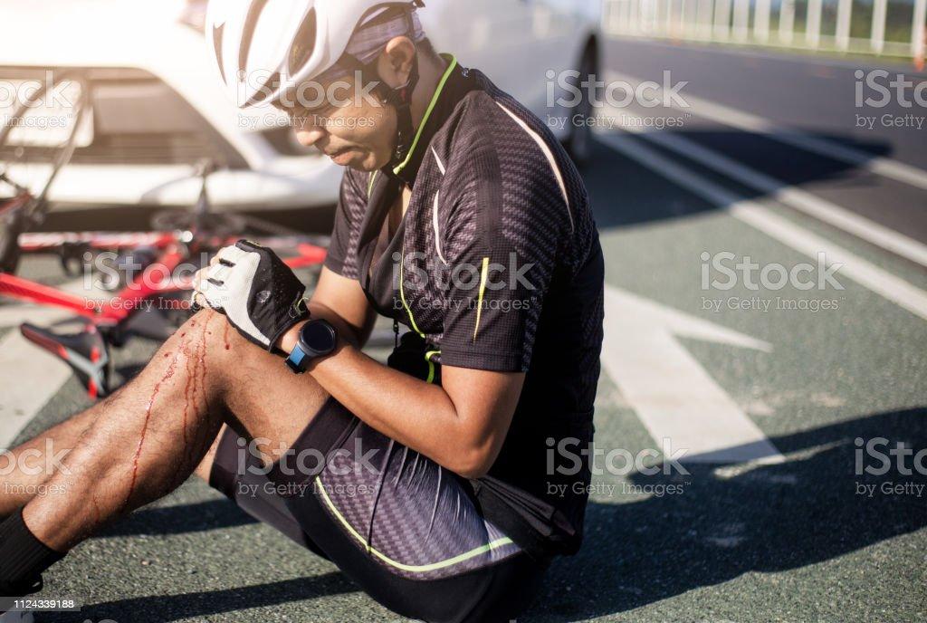 Ciclista de Asia lesionado en la bici de la calle después de bicicletas y coches de choque accidente. - Foto de stock de Accidente de automóvil libre de derechos