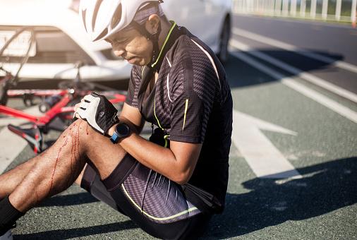 Ciclista De Asia Lesionado En La Bici De La Calle Después De Bicicletas Y Coches De Choque Accidente Foto de stock y más banco de imágenes de Accidente de automóvil