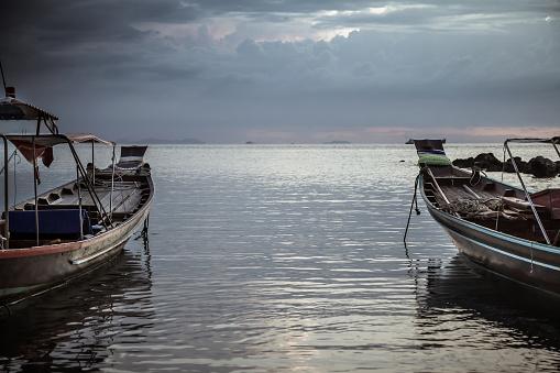 Asia Levensstijl Landschap Traditionele Aziatische Boten Gericht Op De Horizon In Kalme Zee Tijdens Donkere Humeurig Zonsondergang Stockfoto en meer beelden van Avondschemering
