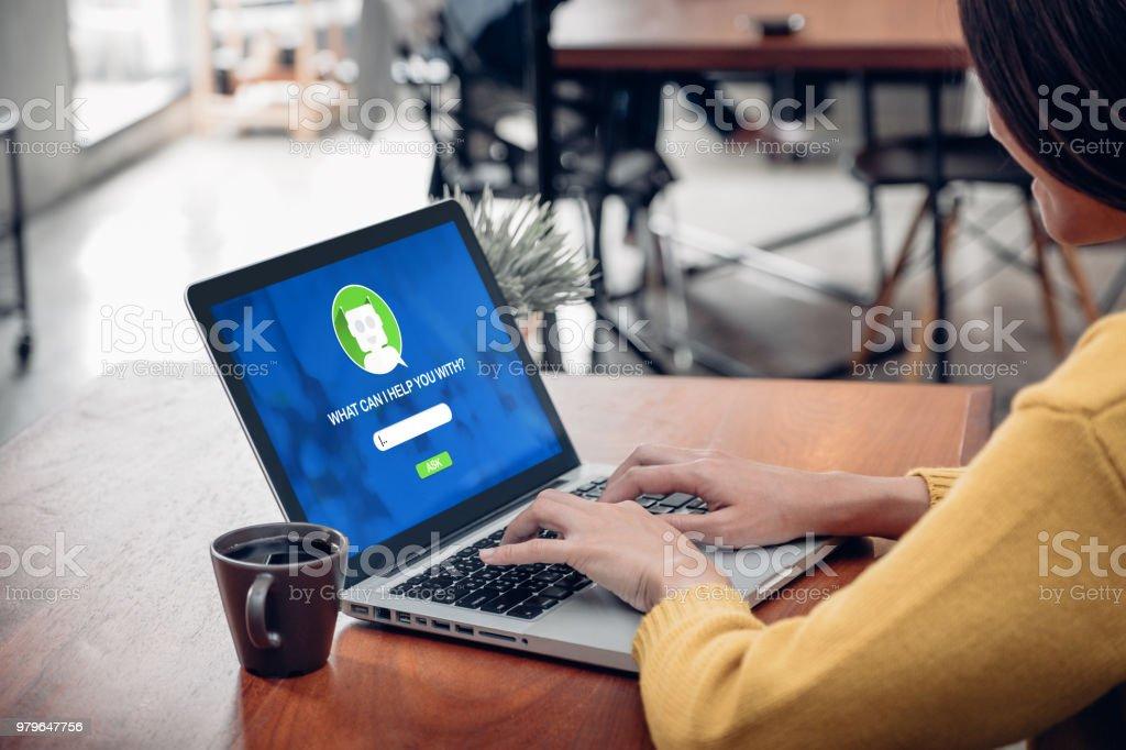 Asia Frau Fragen Chat Bot Funktion im app auf Laptop-Bildschirm auf der Suche nach Kunden Unterstützung einkaufen Onlineshop mit apps, digitale marketing-Konzept, System der künstlichen Intelligenz (KI). – Foto