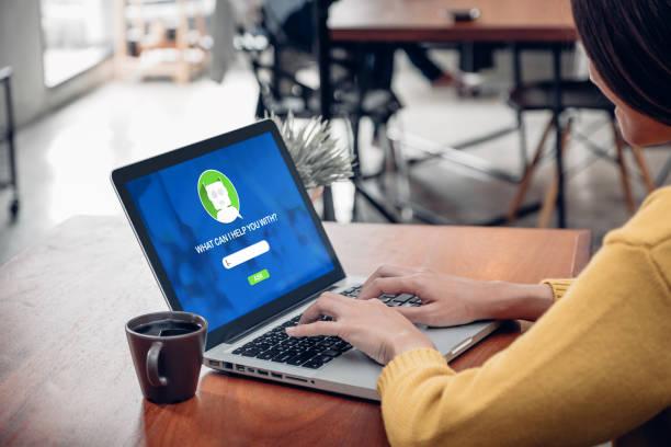 femme asie demander chat fonction bot dans app sur écran d'ordinateur à la recherche de clientèle soutien commerçant boutique avec apps, le concept de marketing numérique, système d'intelligence artificielle (ia). - chatbot photos et images de collection