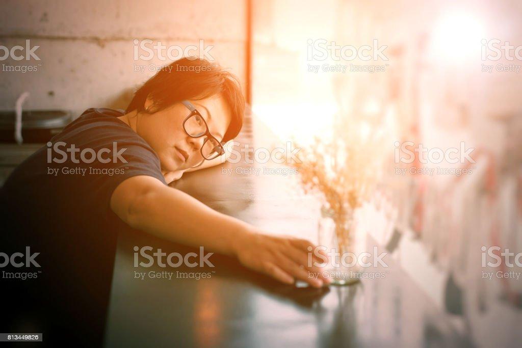 亞洲婦女 40 多歲白皮膚黑色裙與眼鏡有懷疑,認為在咖啡店咖啡館的手勢圖像檔
