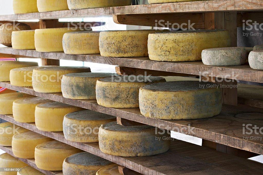 Asiago formaggio invecchiamento in fabbrica - foto stock