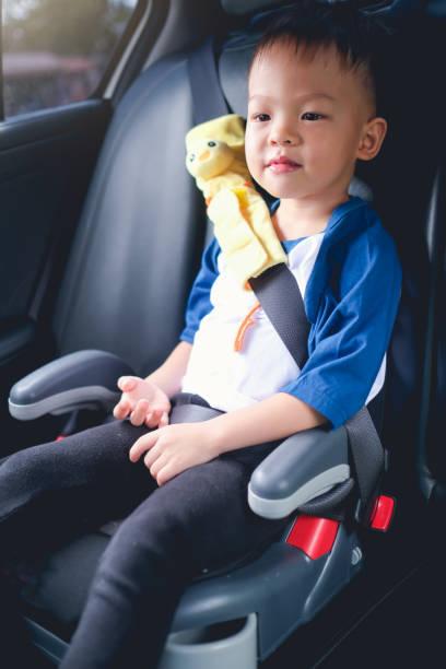 Asiatische 3 - 4 Jahre altes Kleinkind jungeKind sitzt in Booster Autositz, Glücklich reisen, Kinder Passagiersicherheit – Foto