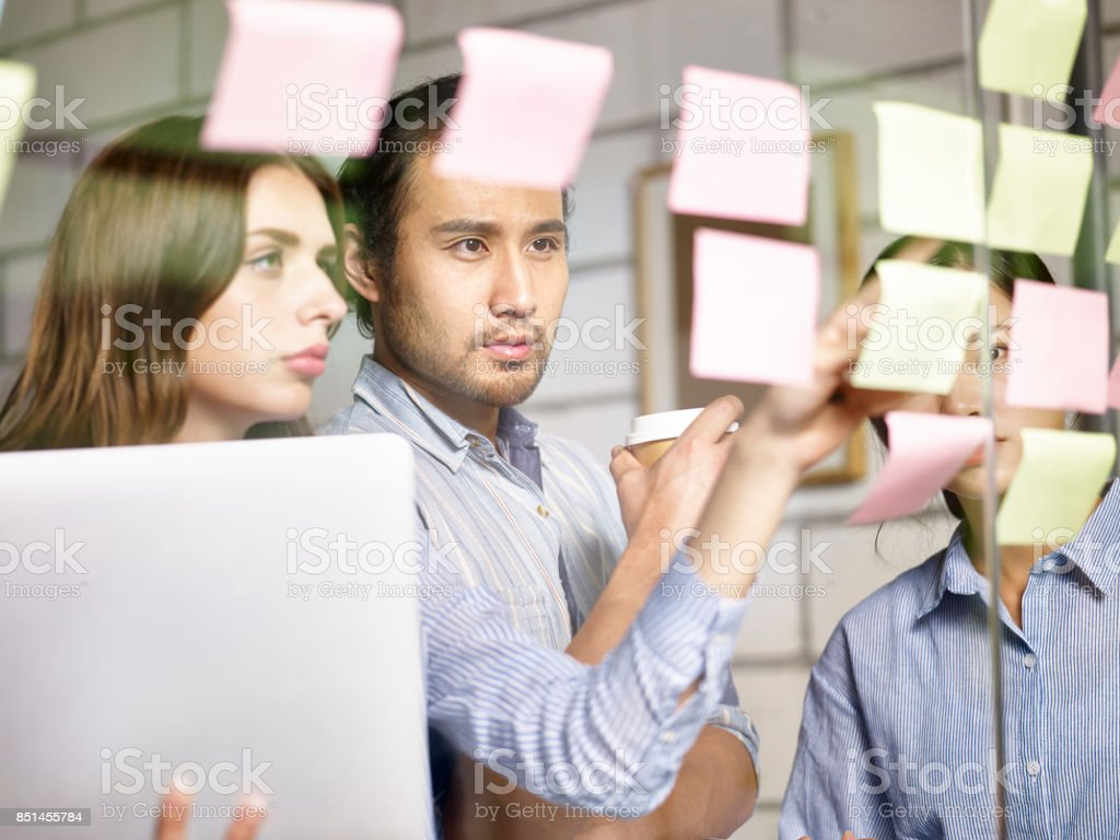 オフィスで会議アジア ・ コーカサスの企業幹部 - 3人のロイヤリティフリーストックフォト
