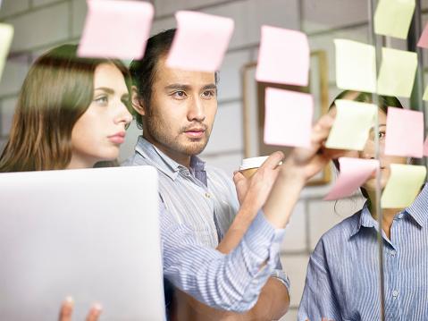 オフィスで会議アジア コーカサスの企業幹部 - 3人のストックフォトや画像を多数ご用意