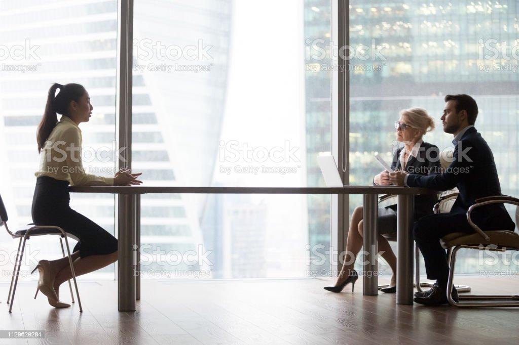 Asiatischen Antragsteller Einführung im Gespräch mit hr-Manager bei Vorstellungsgespräch – Foto