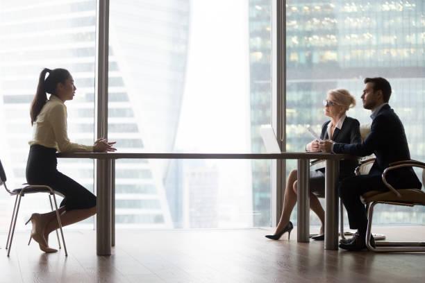 asiatiska sökanden att införa pratar med hr-chefer på anställningsintervju - new job bildbanksfoton och bilder