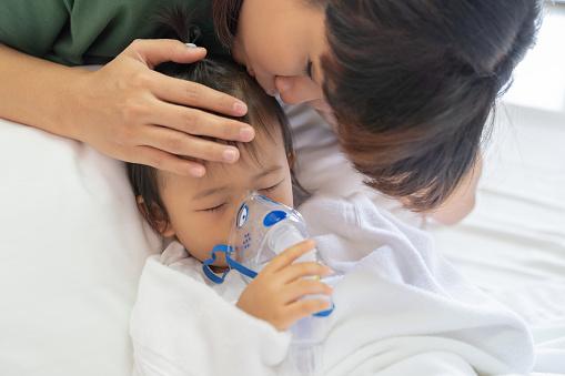 어머니와 함께 아시아 아기 소녀 호흡 치료 돌 방 병원에서 2명에 대한 스톡 사진 및 기타 이미지