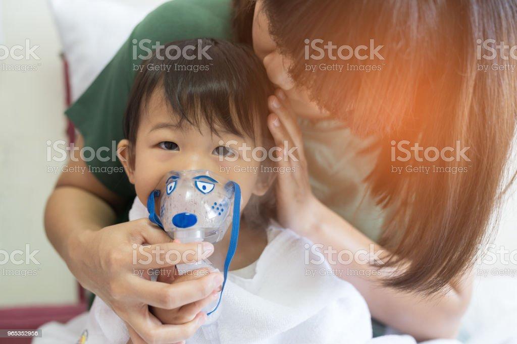 Bébé asiatique fille respiration traitement avec mère prendre soin, à l'hôpital de la salle. - Photo de Allergie libre de droits