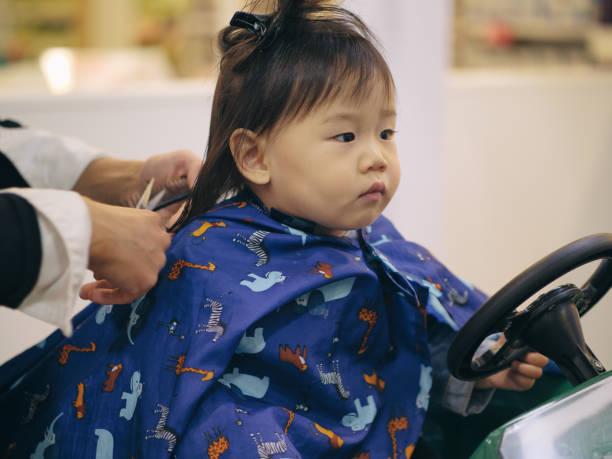 asiatisches baby mädchen tun haare schneiden erstmals - kleinkind frisur stock-fotos und bilder