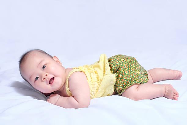 Asiática niña bebé en vestido tradicional de estilo tailandés - foto de stock
