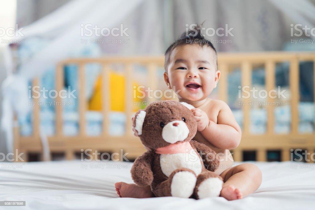 Oyuncak ayı ile Asya bebek sit - Royalty-free 32 dişini göstermek Stok görsel