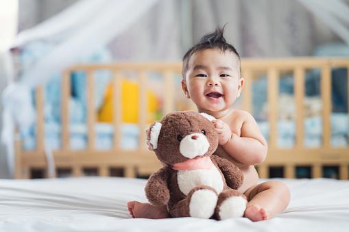 Oyuncak Ayı Ile Asya Bebek Sit Stok Fotoğraflar & 32 dişini göstermek'nin Daha Fazla Resimleri