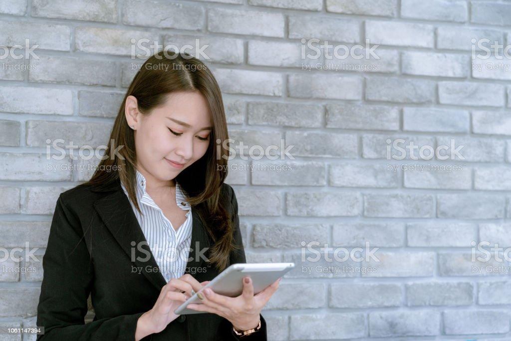 51903726d Asiática Hermosa Empresaria Jóvenes En Traje De Falda Con Tableta ...