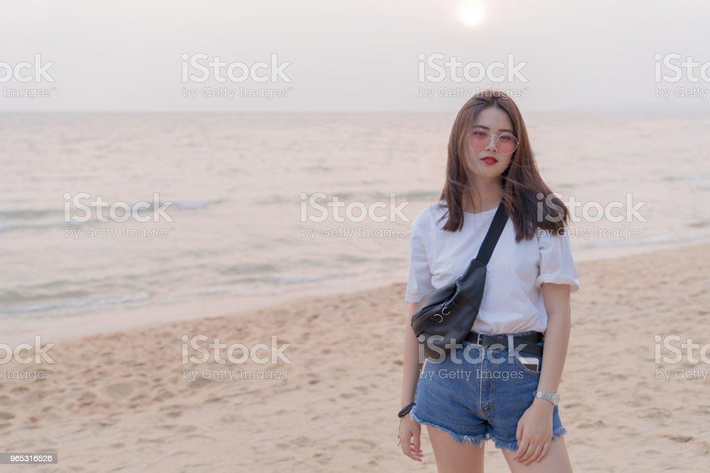 Asiatique belle femelle jeune adolescent reposant sur le fond de la plage. - Photo de Adulte libre de droits