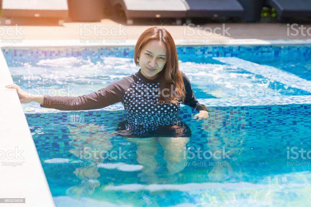 Asian beautiful woman smileing in the pool. - Zbiór zdjęć royalty-free (Azja)