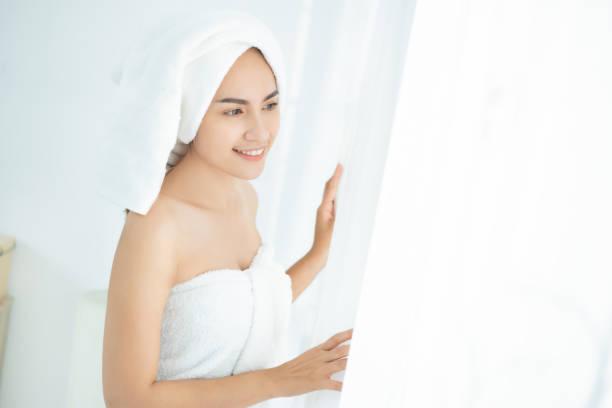 Las mujeres hermosas asiáticas vestidas con toalla - foto de stock