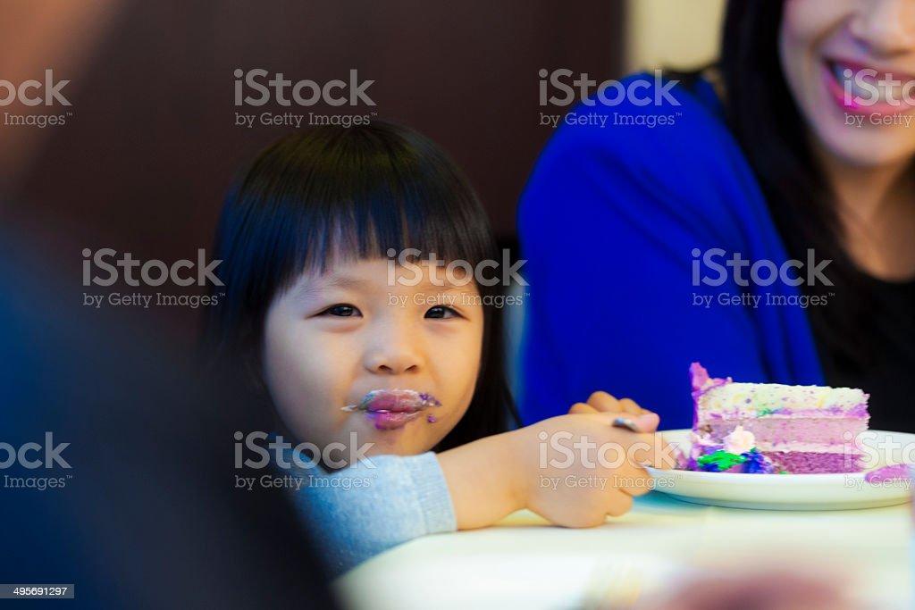 Asian birthday girl eating cake foto