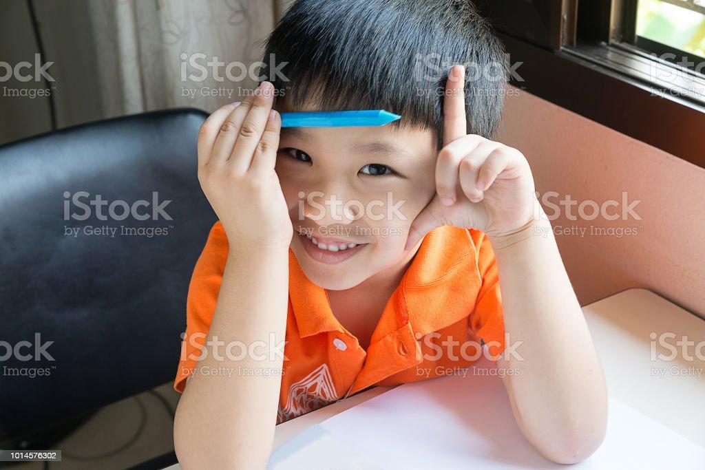 Asiatico es hacer una tarea - foto de stock